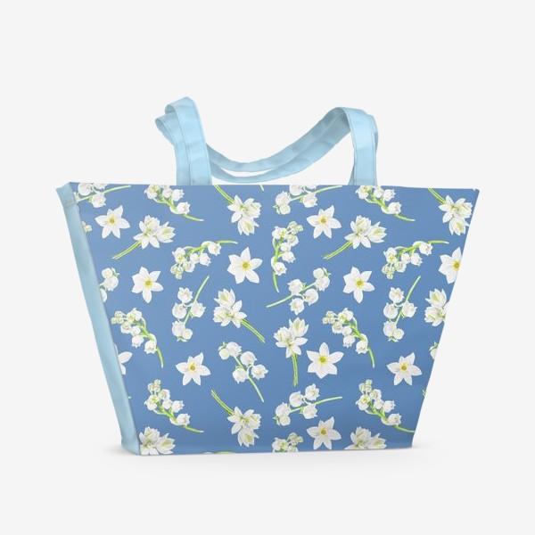 Пляжная сумка «Орнамент с весенними цветами на синем фоне»