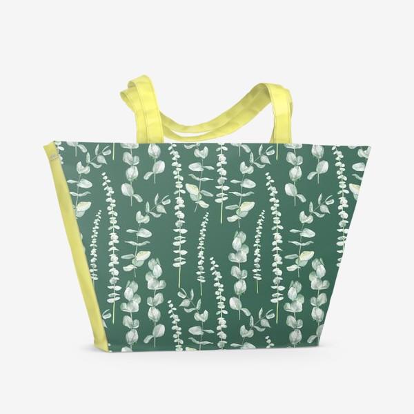Пляжная сумка «Орнамент с ветками эвкалипта на зеленом фоне»
