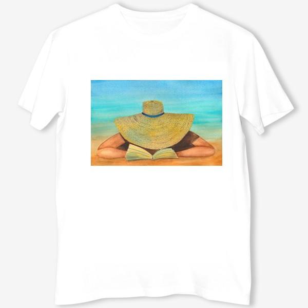 Футболка «Девушка в шляпе на пляже с книгой»