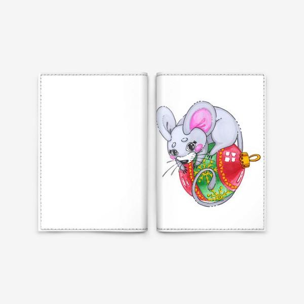 Обложка для паспорта «Мышка на елочной игрушке»