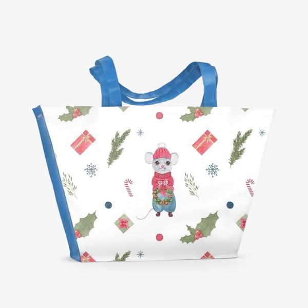 Пляжная сумка «Мышонок с новогодним венком. Зимний акварельный рождественский принт на белом фоне.»