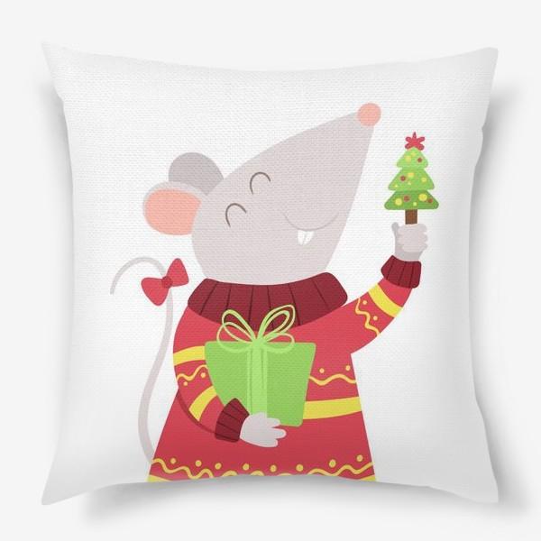 Подушка «Мышь с новогодним подарком. Милый мультяшный персонаж с крошечной елью. Мечтательная мышка в вязаном свитере и бантом на хвосте. »