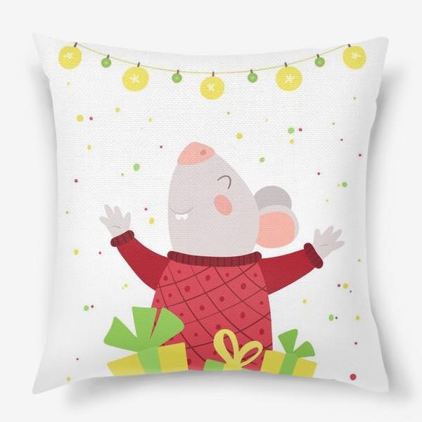 Подушка «Мышь празднует Новый год. Веселая крыса в красном шерстяном свитере и с новогодними подарками.»