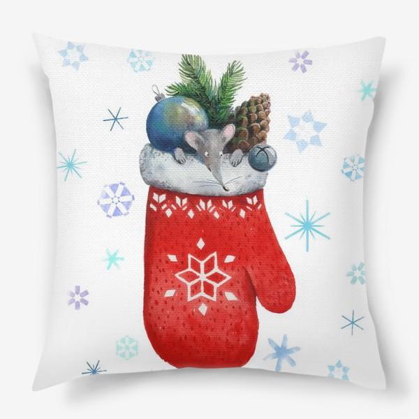 Подушка «Новогодний мышонок, выглядывающий из варежки с еловой веткой, шишкой, игрушкой и бубенчиком.»