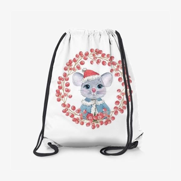 Рюкзак «Мышь (крыса) в зимней одежде и в венке из красных ягод, символ 2020 г. Рождественская иллюстрация»