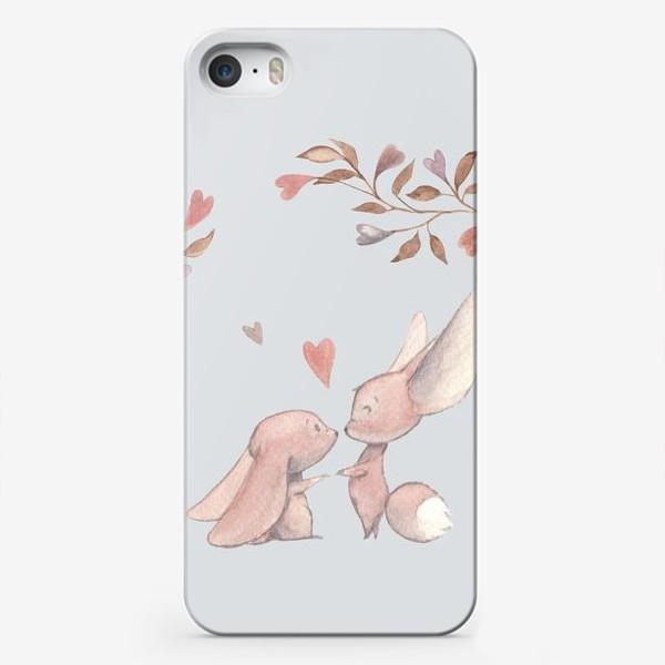 Чехол iPhone «Влюбленная пара под аркой из цветов»