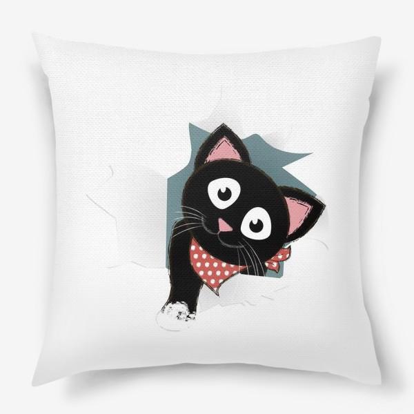 Подушка «Мультяшный черный котенок выглядывает из разорванной бумаги»