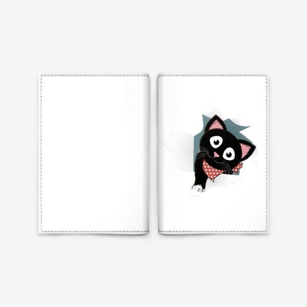 Обложка для паспорта «Мультяшный черный котенок выглядывает из разорванной бумаги»