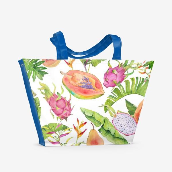 Пляжная сумка «Сочные тропические фрукты и цветы на белом: геликонии, драгонфрут и папайа»