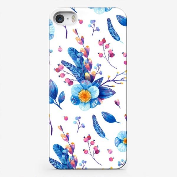 Чехол iPhone «Синие цветы и розовые ягоды на белом фоне. Акварельный паттерн»