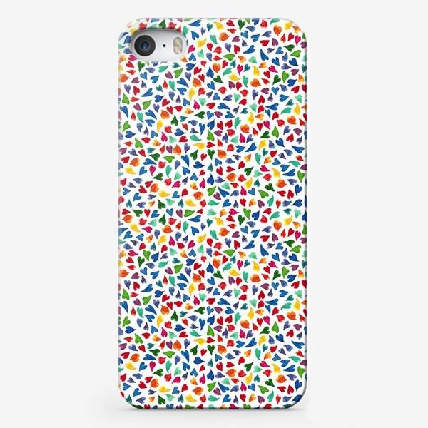 Чехол iPhone «Паттерн с акварельными цветными сердечками»