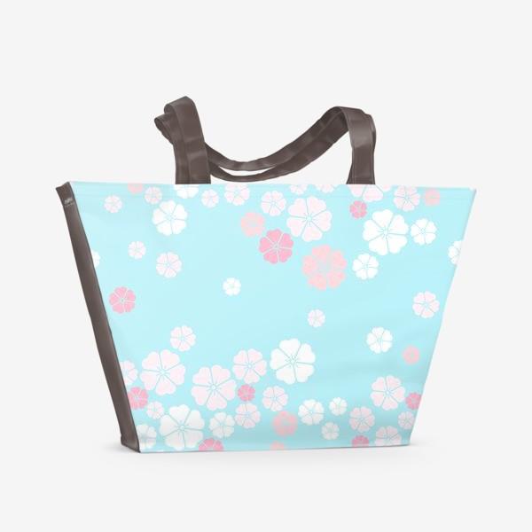 Пляжная сумка «Нежный паттерн. Белые и розовые цветочки на голубом фоне.»