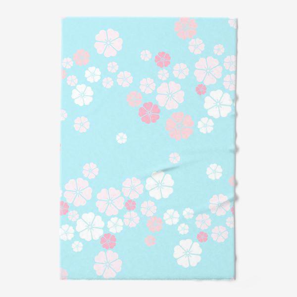 Полотенце «Нежный паттерн. Белые и розовые цветочки на голубом фоне.»