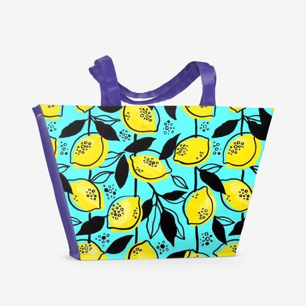 Пляжная сумка «Жёлтые лимоны с черными листьями на голубом фоне»