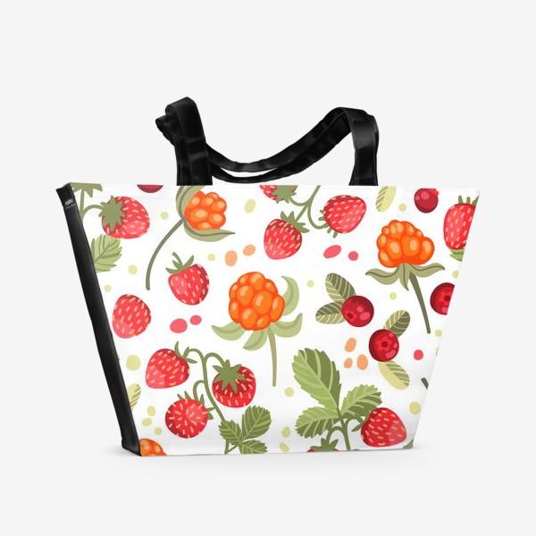 Пляжная сумка «Лесные ягоды на белом фоне: земляника, брусника, морошка»