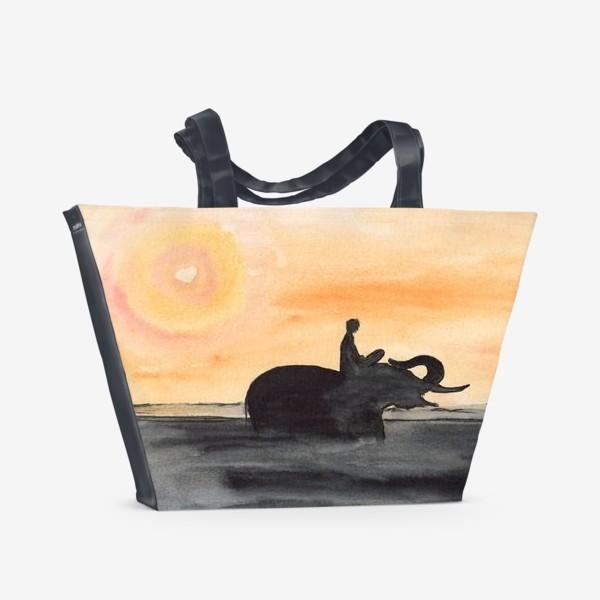 Пляжная сумка «Слон и человек. Силуэт на закате. Любовь проста...»