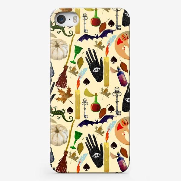 Чехол iPhone « Хэллоуин. Патерн с тыквой, мистическая луна, свеча, черные руки, летучие мыши, ящерица, метла, зелье, кубок»