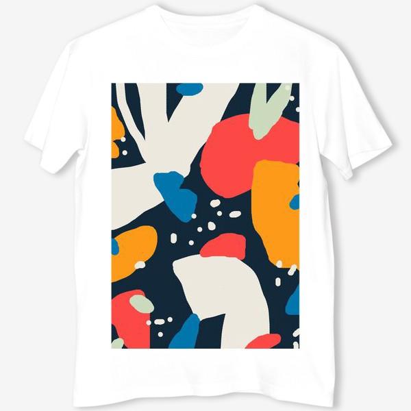 Футболка «Яркая абстракция на темно-синем фоне с различными геометрическими формами»