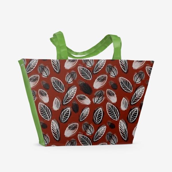 Пляжная сумка «Осенний узор. Акварельные листья на красном фоне»