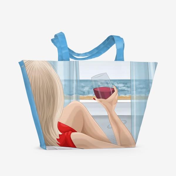 Пляжная сумка «Девушка с бокалом смотрит на море»
