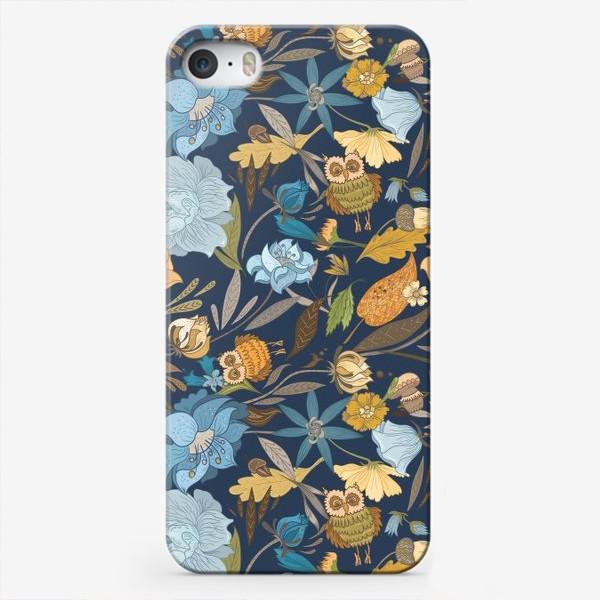 Чехол iPhone «Лесной осенний паттерн с совами и голубыми цветами на синем фоне»