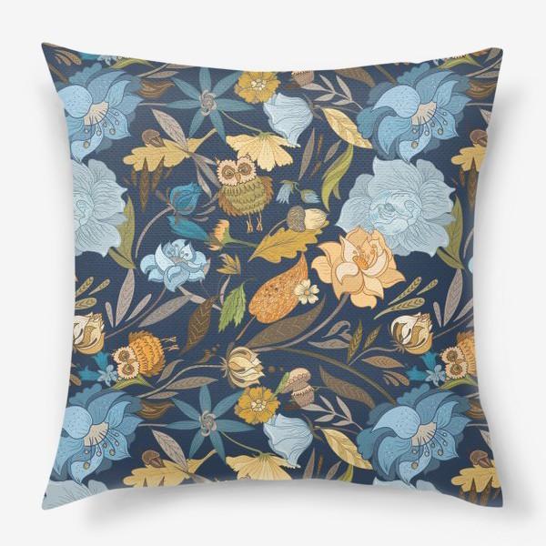 Подушка «Лесной осенний паттерн с совами и голубыми цветами на синем фоне»