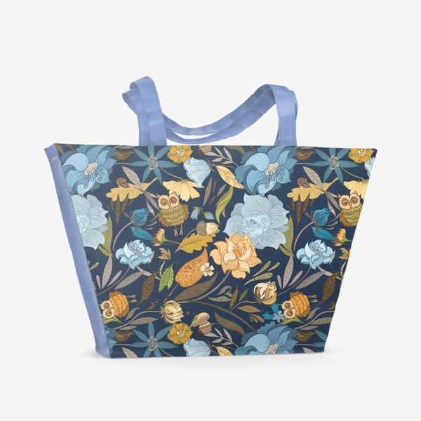 Пляжная сумка «Лесной осенний паттерн с совами и голубыми цветами на синем фоне»