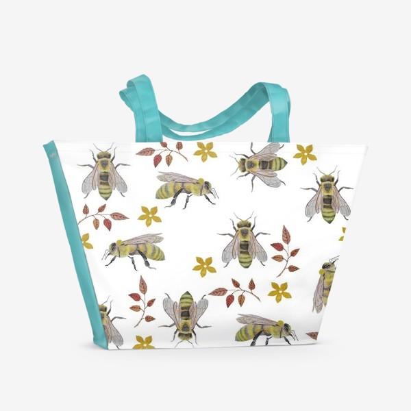 Пляжная сумка «Паттерн с пчелами на белом фоне»