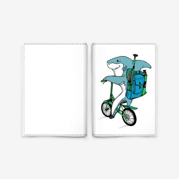 Обложка для паспорта «Акула на велосипеде со снаряжением для сап серфинга»