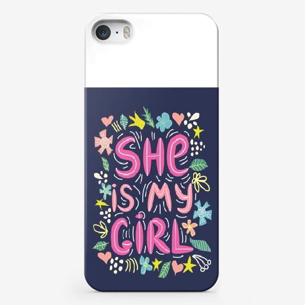 """Чехол iPhone «Леттеринг """"Она моя девочка"""" в сердечках и цветах на темном фоне»"""