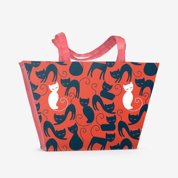 Пляжная сумка «Хэллоуин - красный фон с черными и белыми котами»