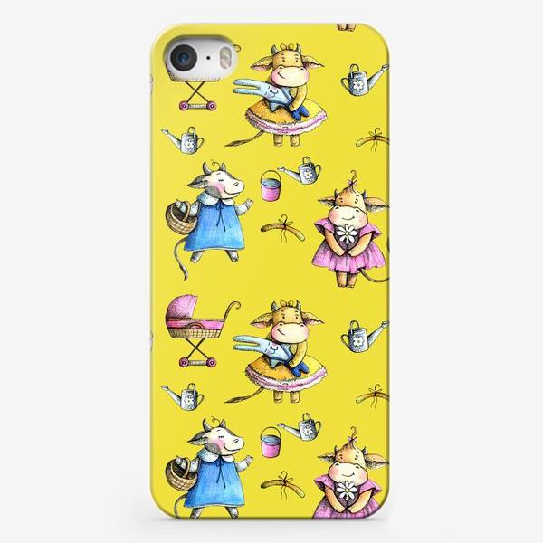 Чехол iPhone «Коровки на желтом»
