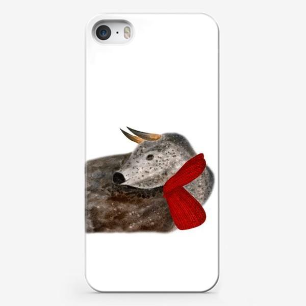 Чехол iPhone «Новогодний пятнистый бык в красном шарфе»