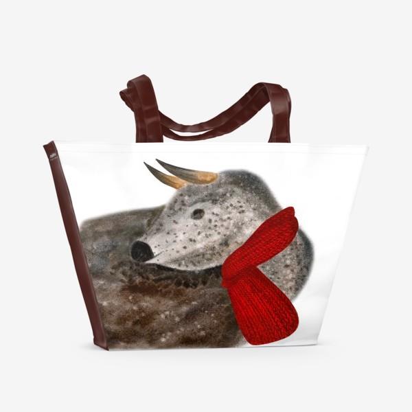 Пляжная сумка «Новогодний пятнистый бык в красном шарфе»