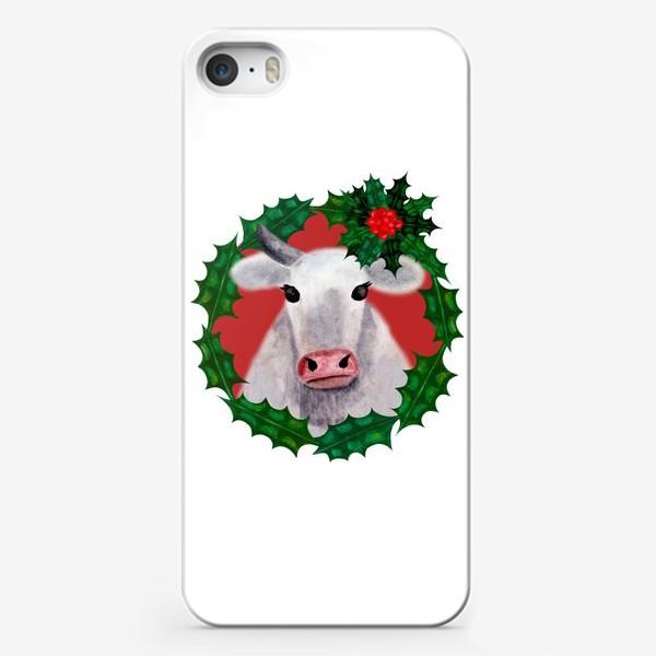 Чехол iPhone «Новогодняя бурёнка Аленка в венке из остролиста»
