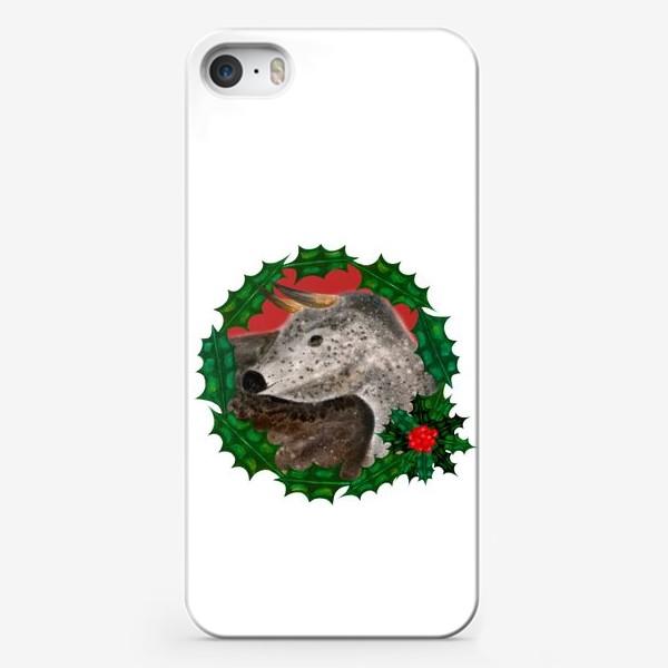 Чехол iPhone «Пятнистый новогодний бык в венке из остролиста»