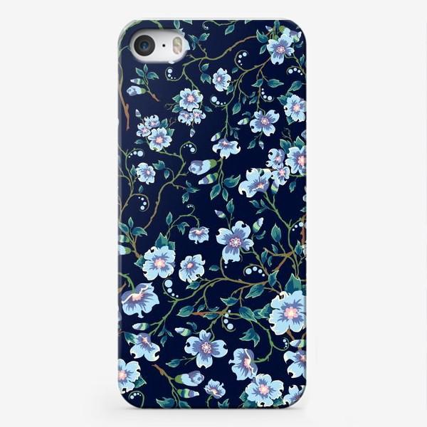 Чехол iPhone «Паттерн. Голубые цветочки на темном фоне. »