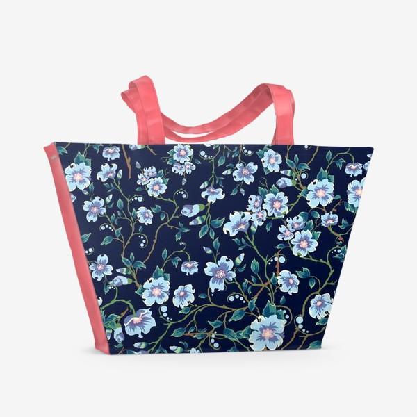 Пляжная сумка «Паттерн. Голубые цветочки на темном фоне. »
