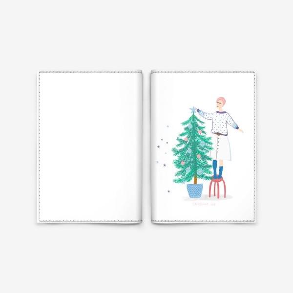 Обложка для паспорта «Девушка украшает новогоднюю елку»