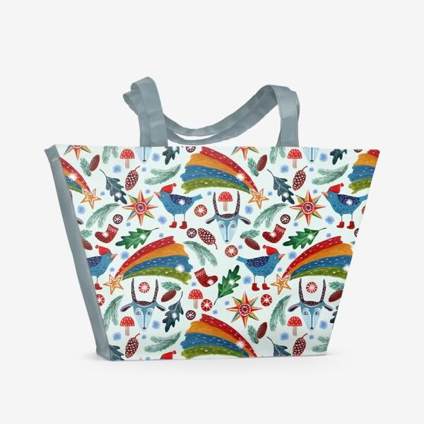Пляжная сумка «Новогодние украшения, звезды, птицы, козьи маски, листья, еловые ветки, шишки, носки. Ручная роспись гуашью.»