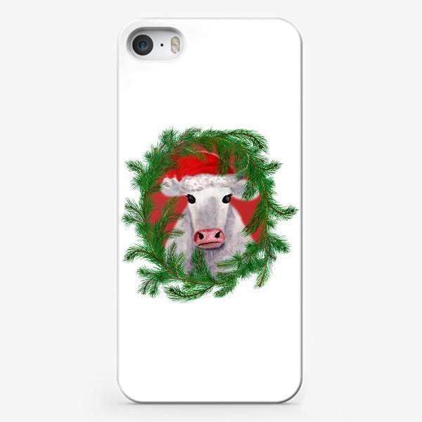 Чехол iPhone «Новогодняя белая бурёнка в рамке из хвойных ветвей»