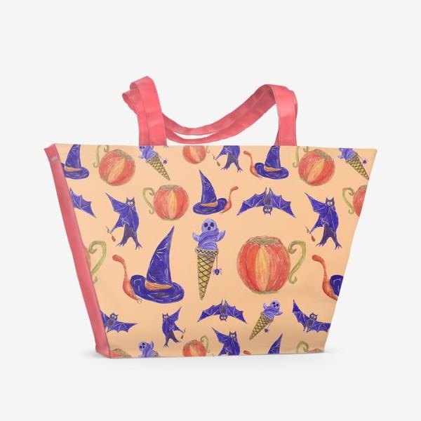 Пляжная сумка «Кот под шляпой ведьмы, мороженое из привидения, тыквенная чашка, летучие мыши. Хэллоуин. Паттерн»