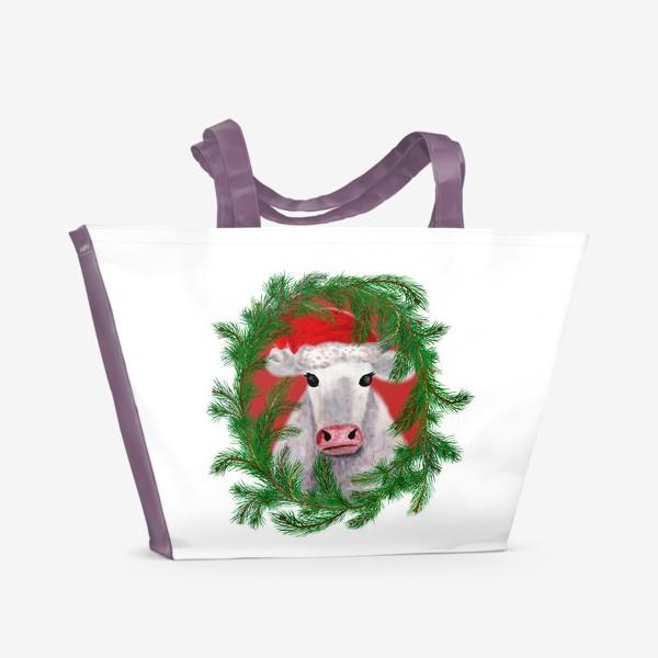 Пляжная сумка «Новогодняя белая бурёнка в рамке из хвойных ветвей»