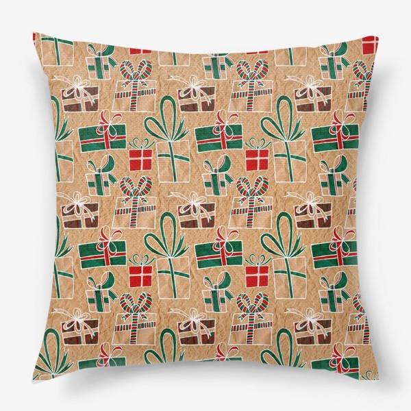 Подушка «Коробки с подарками, нарисованные на крафт-бумаге - бесшовный паттерн»