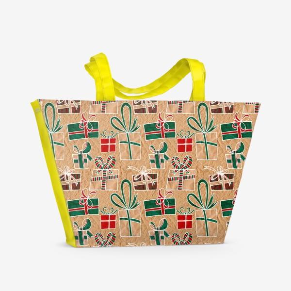 Пляжная сумка «Коробки с подарками, нарисованные на крафт-бумаге - бесшовный паттерн»