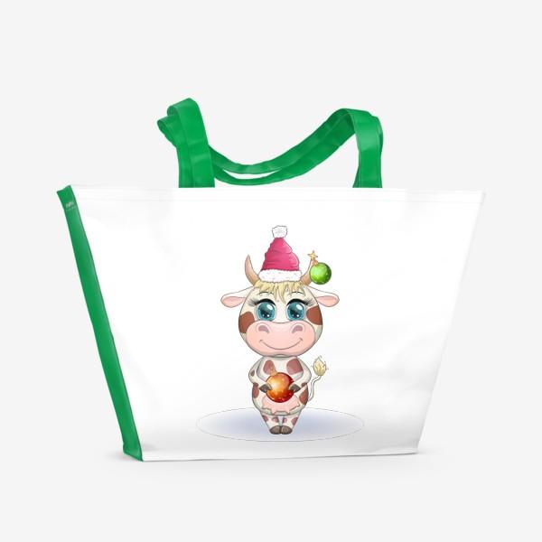 Пляжная сумка «Бык, символ 2021 года, корова с шаром и в шапке Санта-Клауса»