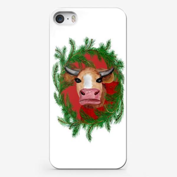 Чехол iPhone «Новогодняя бурёнка в красном свитере с еловым венком»