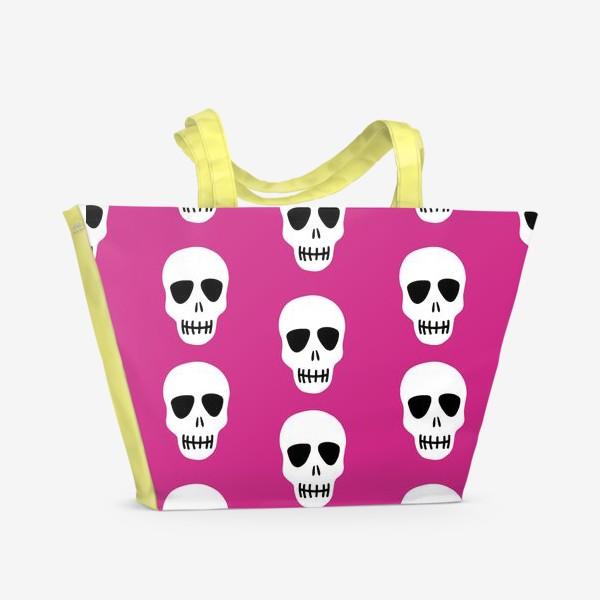 Пляжная сумка «Белые черепки на розовом фоне. Гламурная готка»