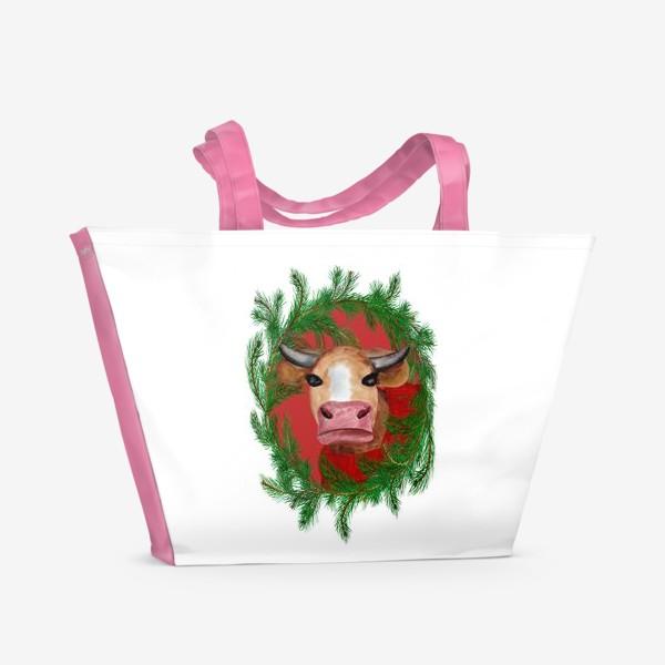 Пляжная сумка «Новогодняя бурёнка в красном свитере с еловым венком»