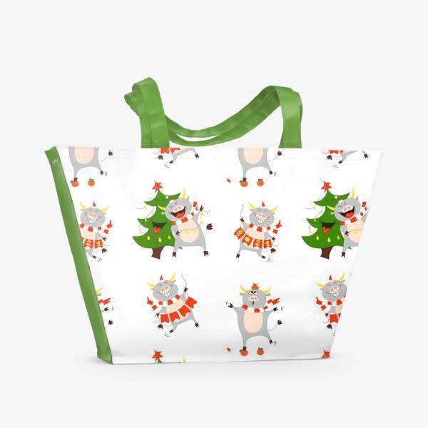 Пляжная сумка «Новогодние быки 2021 Узор на новый год быка Рождество мандарины елка»